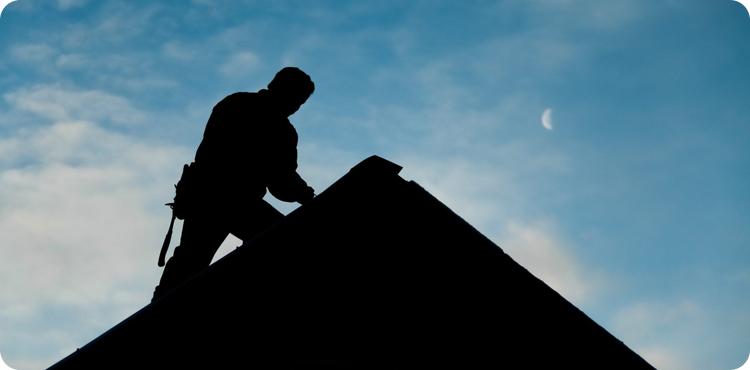 плотник на крыше