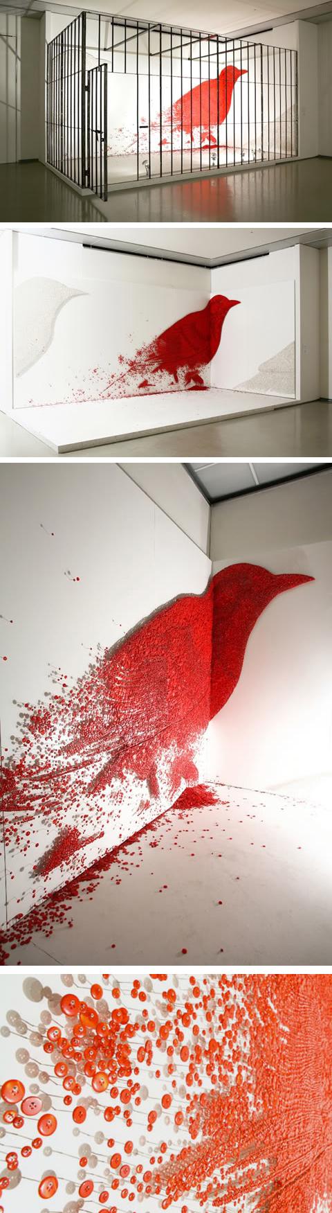 Инсталляция: красный ворон в клетке