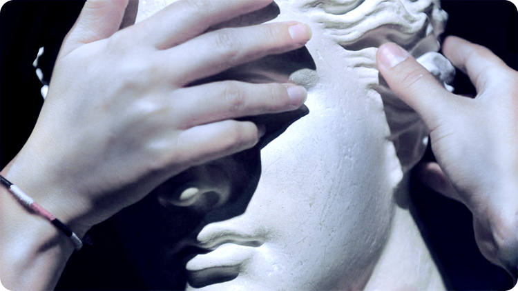 Marble and flesh: touching the sculpture